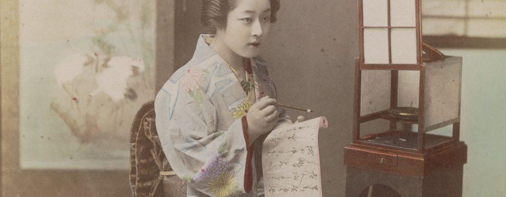 Vrouw schrijft een brief in een interieur